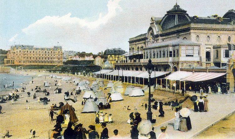 Sur cette carte postale de la grande plage de Biarritz en 1903, on distingue le Casino municipal à droite et l'«Hôtel du Palais» au fond.