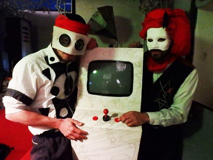 Le duo masqué Guess What au festival RéciDives.