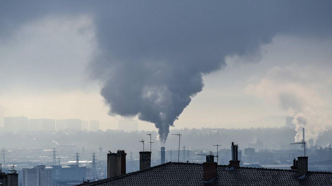 La Commission européenne estime qu'en France, les secteurs exclus du marché carbone de l'UE, comme les bâtiments et le transport routier devront avoir réduit leurs émissions de 47,5% d'ici à 2030.