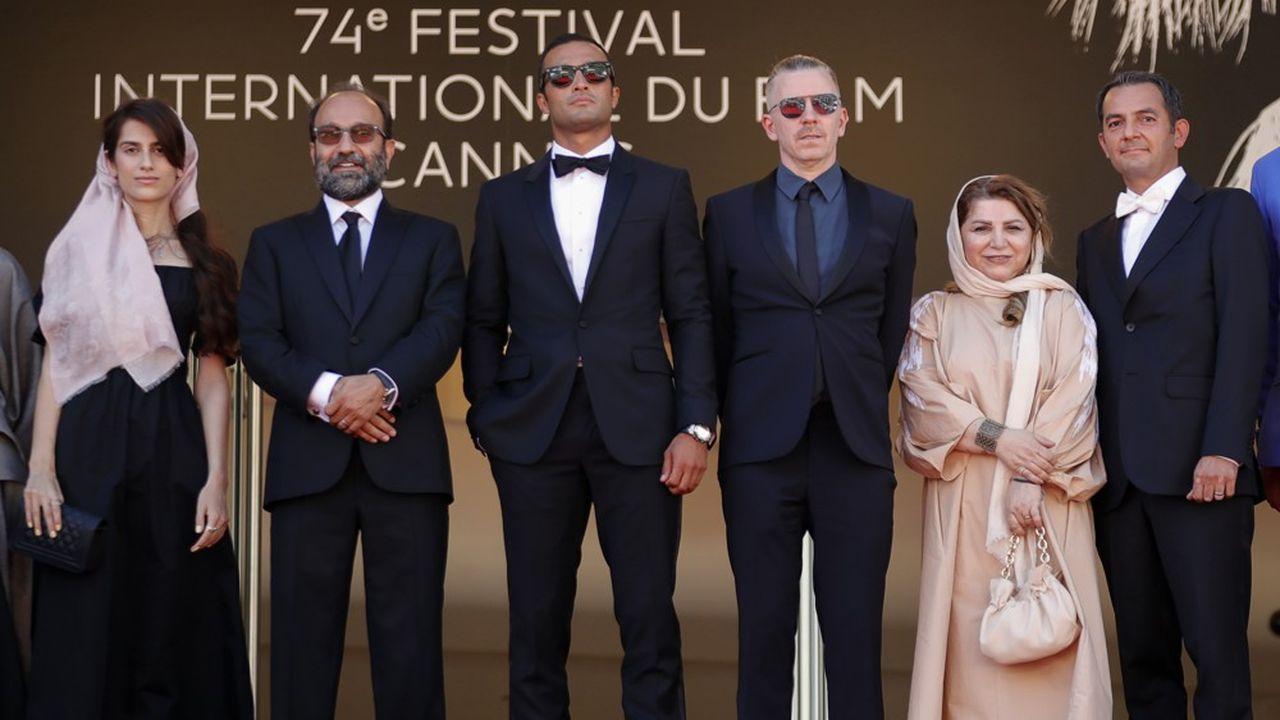 13juillet, aux marches du Palais l'équipe d' «Un héros» autour du réalisateur Asghar Farhadi, la Palme d'Or des Echos Week-End