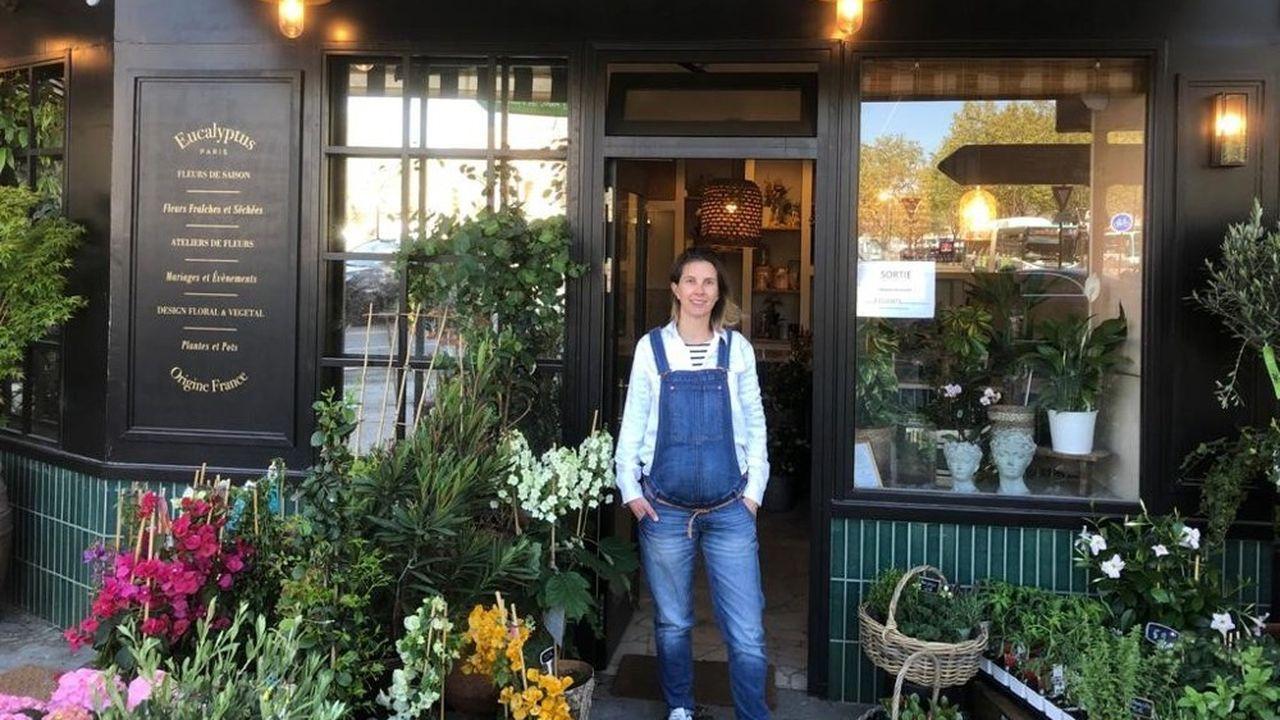 Mathilde Percheron-Leblanc gère sa boutique de fleurs de la XVIe arrondissement de Paris.