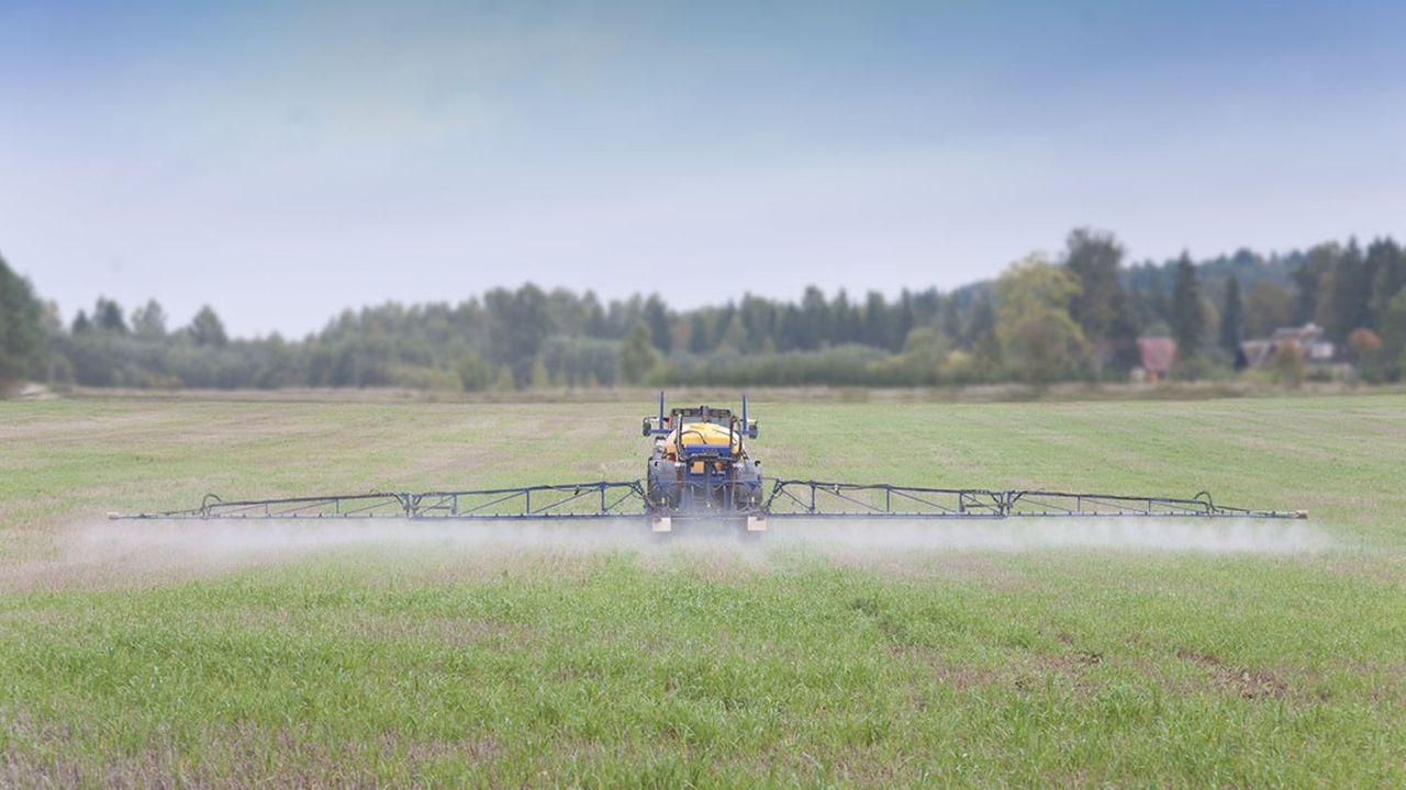 Les règles d'épandage des pesticides et les distances minimales à respecter par rapport aux habitations donnent lieu à un incessant bras de fer entre le gouvernement et les associations environnementales.