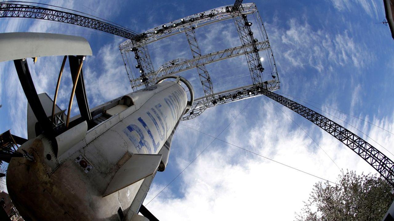 La fusée New Shepard est petite, avec un seul moteur-fusée qui pousse à Mach 3. Réutilisable, elle a servi de test à la mise au point de la grande fusée New Glenn, en cours de développement à Cap Canaveral.