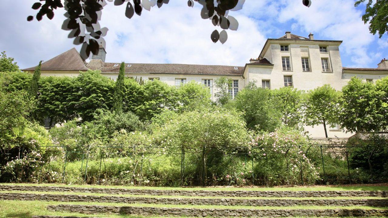 Le prieuré, cet ancien hôpital général royal a été construit fin 17e pour les nécessiteux, à la demande de Mme de Montespan.