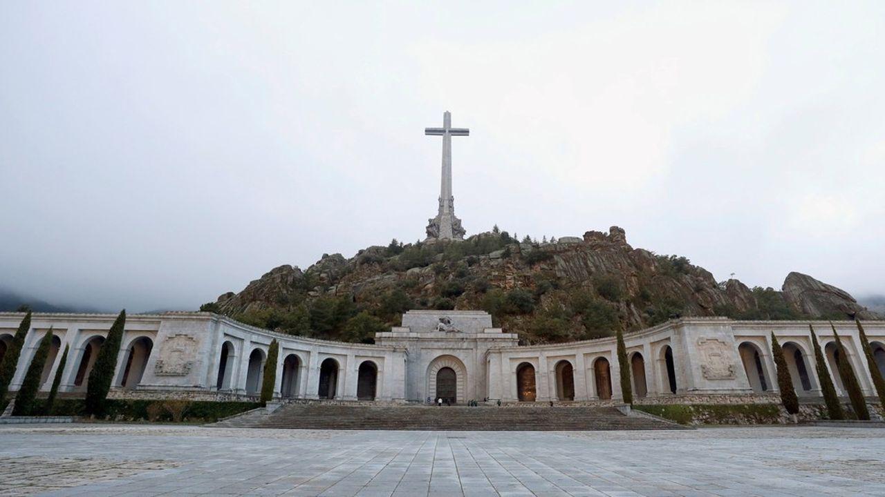 La basilique du Valle de Los Caidos, ancien mausolée de Franco qui l'avait fait construire par les prisonniers politiques condamnés aux travaux forcés, sera transformée en lieu de mémoire et cimetière civil.