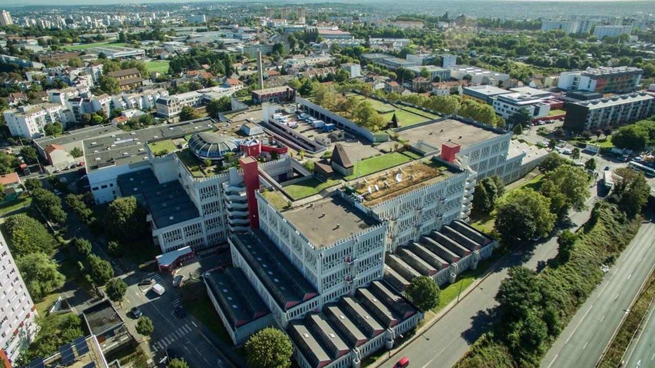Le bâtiment en béton armé, d'inspiration brutaliste, compte plus de 42.000 m2 sur une emprise au sol de seulement 3,2 hectares.