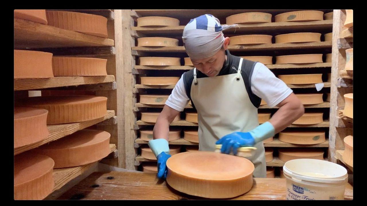Miti Yamaguchi est salarié depuis trois ans du Gaec Le noisetier, à Leschaux (Haute-Savoie).