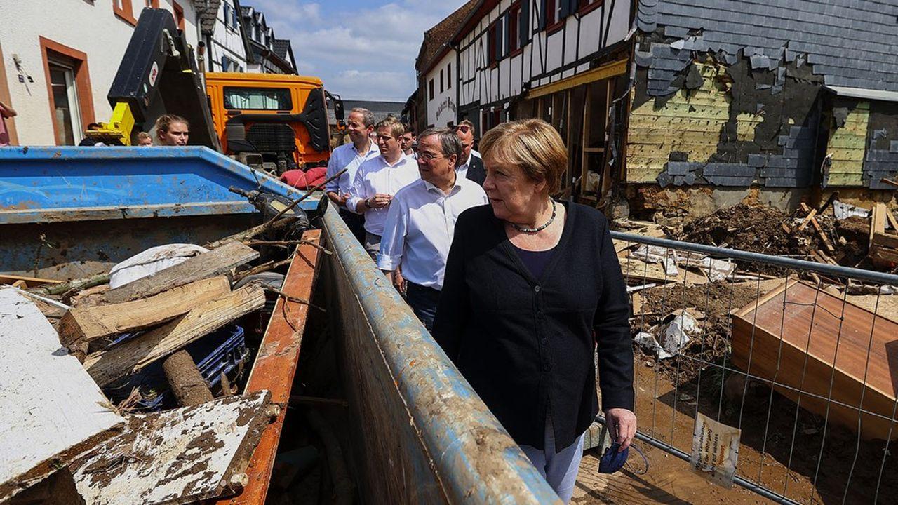 Angela Merkel s'est rendue mardi à Iversheim près de Bad Münstereifel en compagnie d'Armin Laschet, Premier ministre de Rhénanie-du-Nord-Westphalie, pour mesurer l'ampleur des dégâts provoqués par les inondations. (Photo by WOLFGANG RATTAY/POOL/AFP)