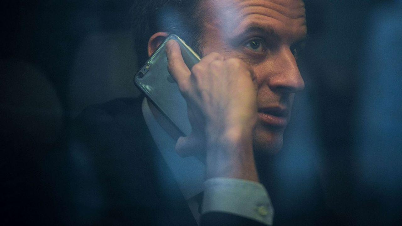 Emmanuel Macron utilise en permanence deux téléphones portables, dont l'un est crypté par un logiciel de protection.