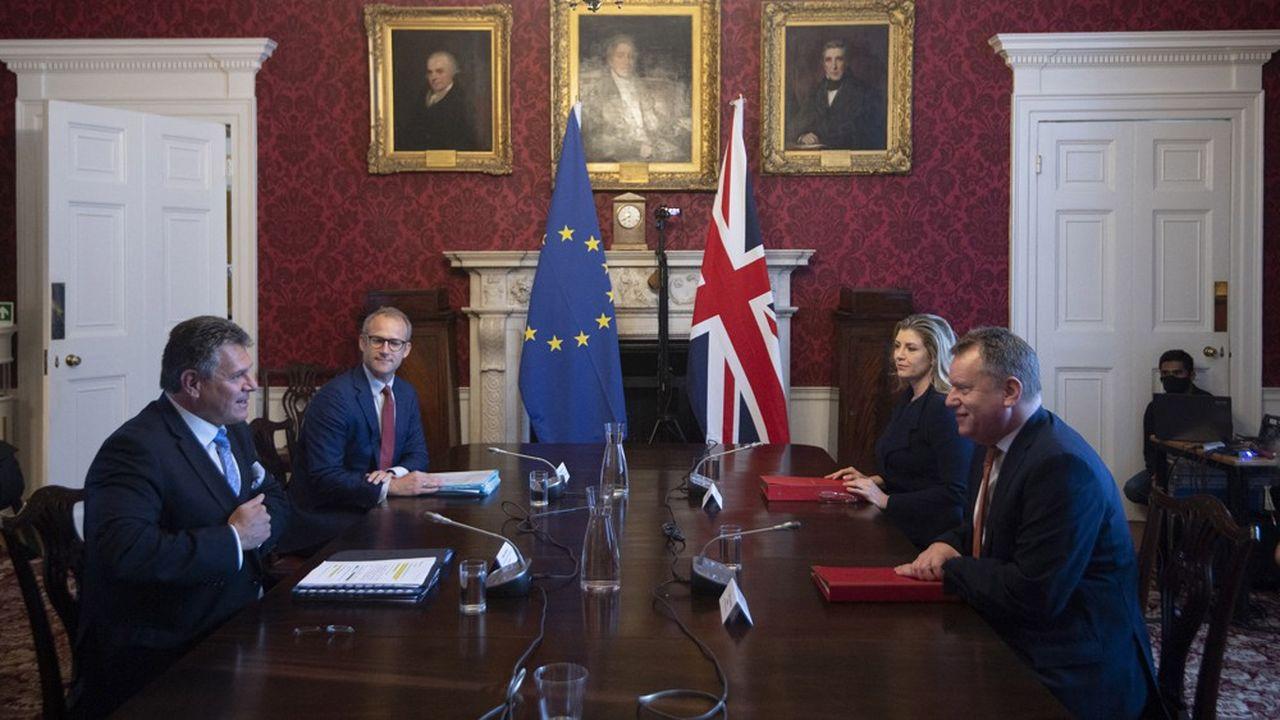 C'est entre le vice-président de la Commission Maros Sefcovic (à gauche) et David Frost (à droite) que se déroulent les négociations sur la mise en oeuvre de l'accord du Brexit.