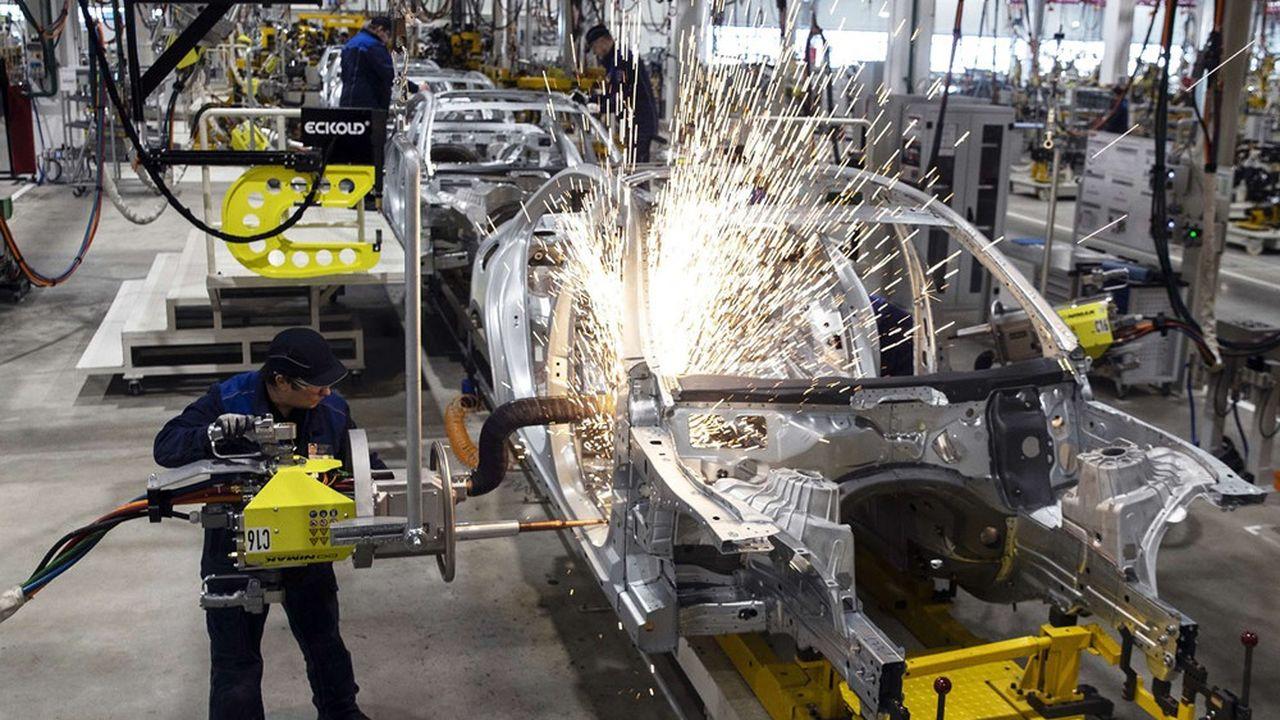 Daimler a démarré la séance dans le rouge mercredi après avoir abaissé ses prévisions annuelles du fait de la pénurie de semi-conducteurs.