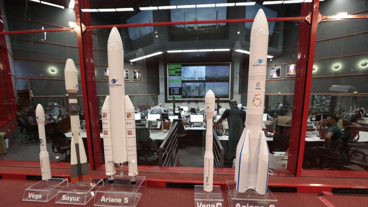 Arianespace opère aujourd'hui la petite fusée Vega (à gauche de la photo), le lanceur russe Soyuz et Ariane 5. L'Europe finance leur remplacement par Vega C et par Ariane 6, dont le vol inaugural est prévu en 2022.