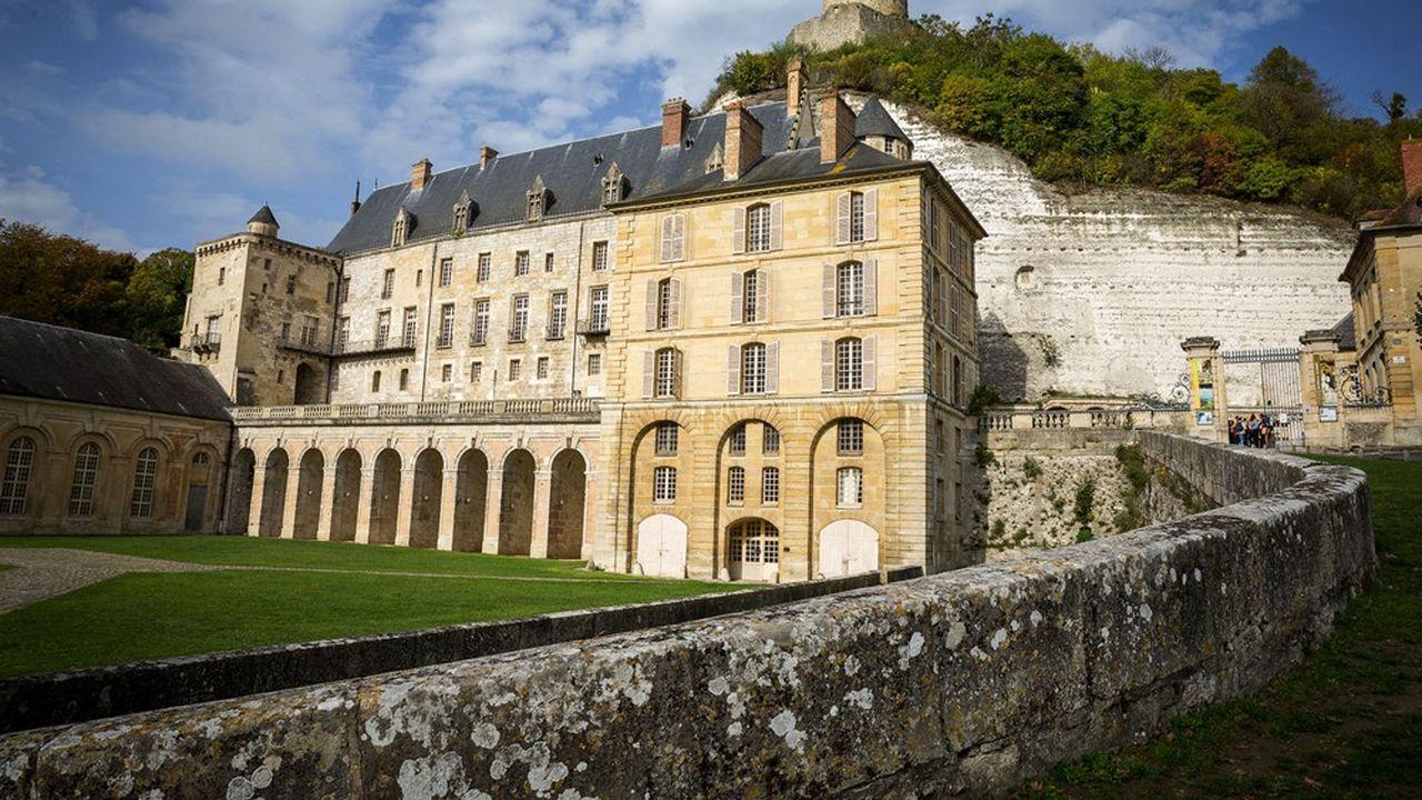 Après avoir traversé la Guerre de 100 ans, le château de La Roche - Guyon perd sa fonction défensive et accueille en résidence François Ier et Henri IV.