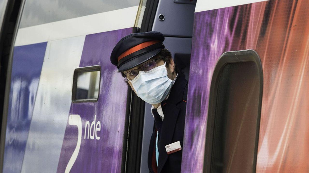 Des vérifications à bord seront effectuées de manière aléatoire par les contrôleurs, avec parfois, en appui, des agents de la police ferroviaire, prévoit la SNCF.