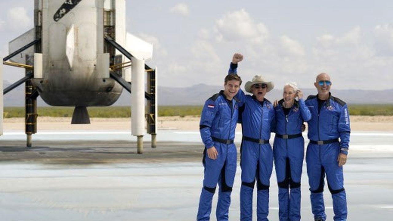 De gauche à droite, à l'atterrissage: Oliver Daemen, Jeff Bezos (avec le chapeau de cow-boy), Wally Funk et Mark Bezos.