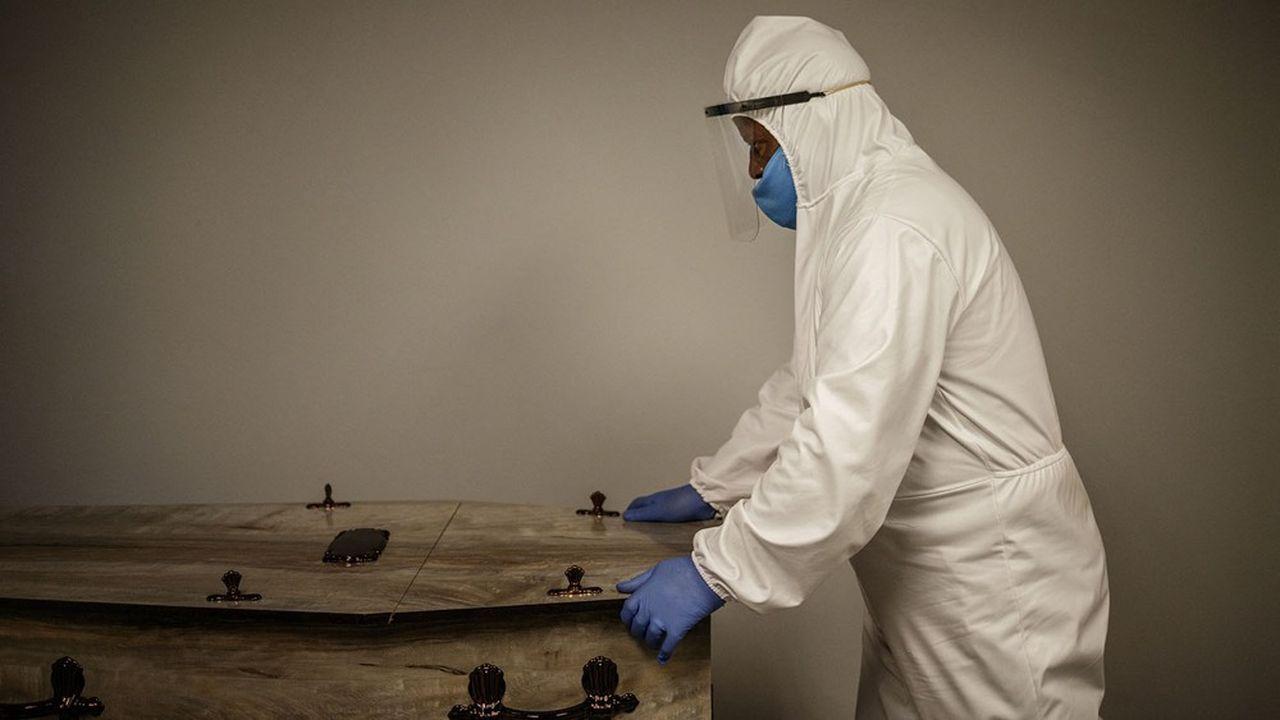 L'espérance de vie des femmes a chuté de 3,8 ans en Afrique du Sud, pays très touché par la pandémie de Covid-19.