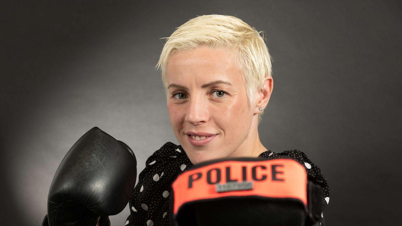 La fonctionnaire de police Maïva Hamadouche est sextuple championne du monde « super-plumes » de l'International Boxing Federation, l'une des quatre principales fédérations internationales de boxe anglaise professionnelle.