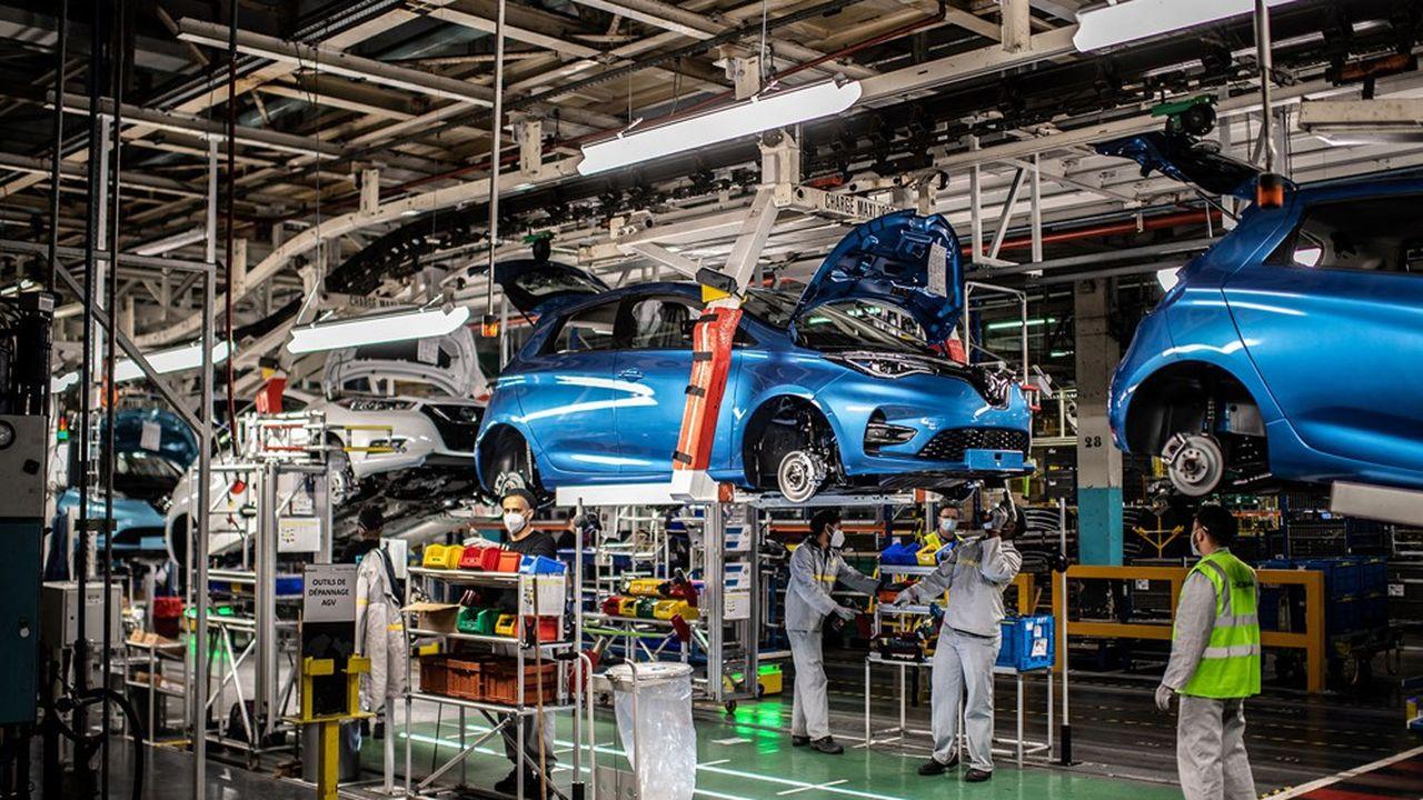 Des ouvriers sur la ligne de production de Renault, sur le site de Flins-sur-Seine dans les Yvelines.