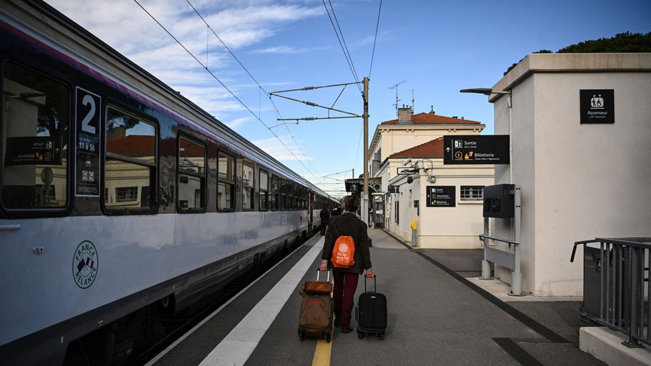 Sur Twitter, la SNCF doit faire face à un flot de questions des usagers bloqués dans les trains parfois depuis plusieurs heures.