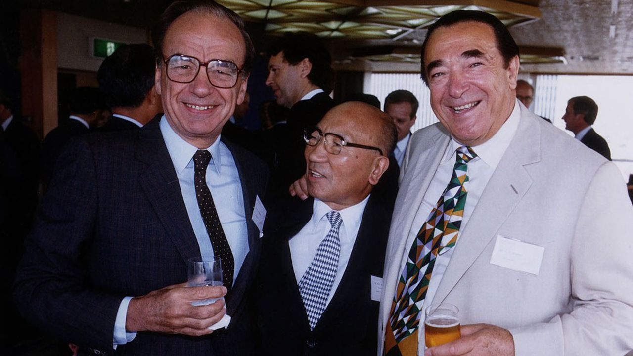 Rupert Murdoch, en conversation avec Robert Maxwel (à droite).