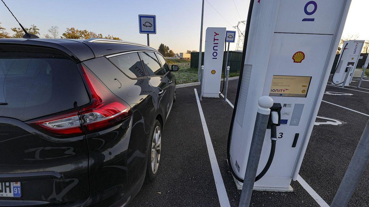 La moitié des aires d'autoroutes concédées sont aujourd'hui équipées de bornes de recharge rapides.