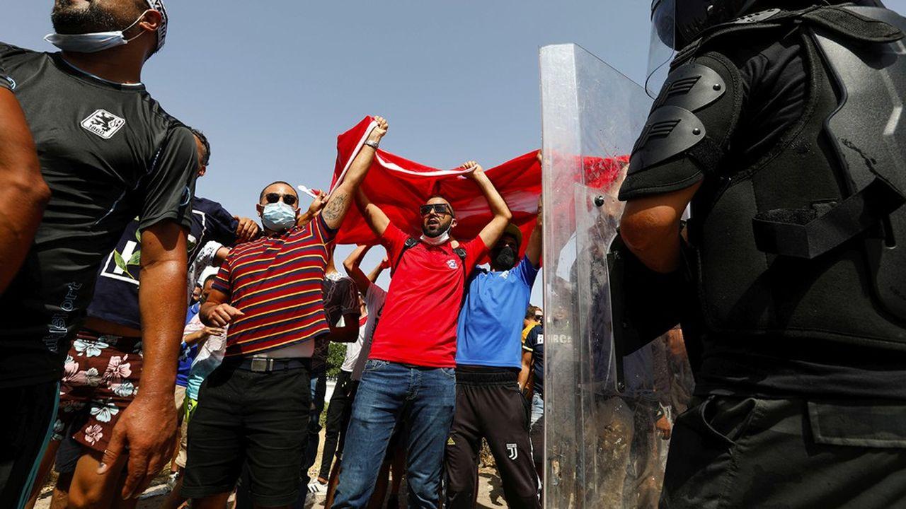 Des partisans du président Kaïs Saïed réunis devant le Parlement tunisien.