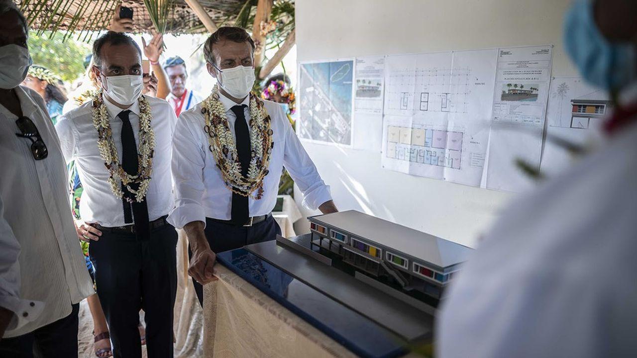 Emmanuel Macron lundi sur l'atoll de Manihi, où va être construit un des nouveaux abris de protection contre les cyclones prévus en Polynésie française.