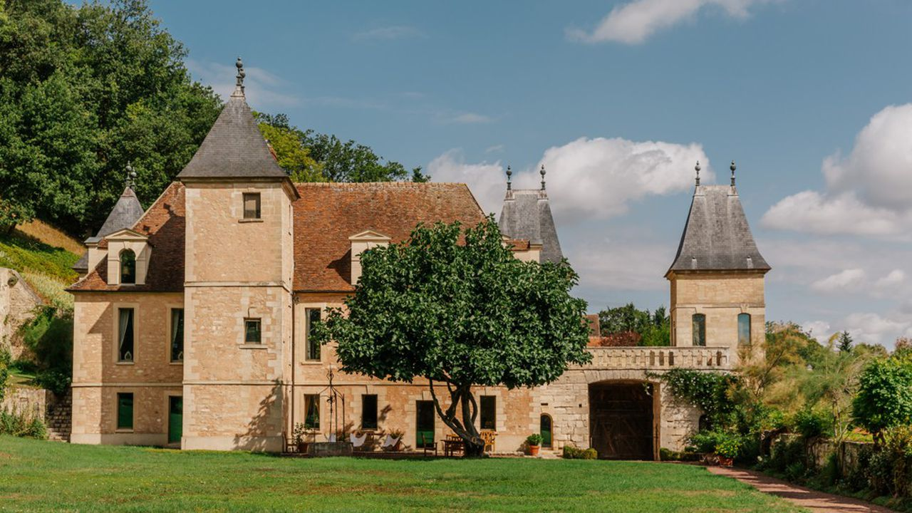 La silhouette du château immortalisé par Cézanne domine depuis plus de 600 ans, les coteaux de Médan