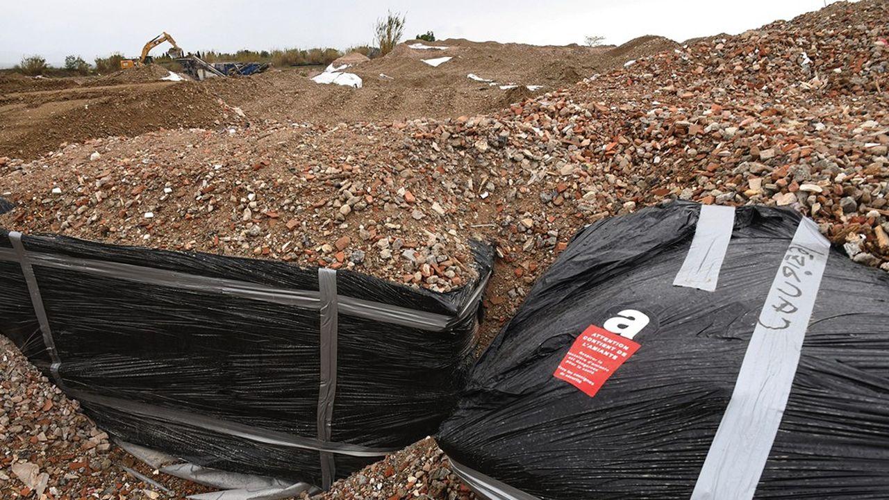 Le projet prévoyait d'enterrer3.000 à 4.000 tonnes d'amiante dans une carrière sur la commune de Mont-Saint-Vincent.