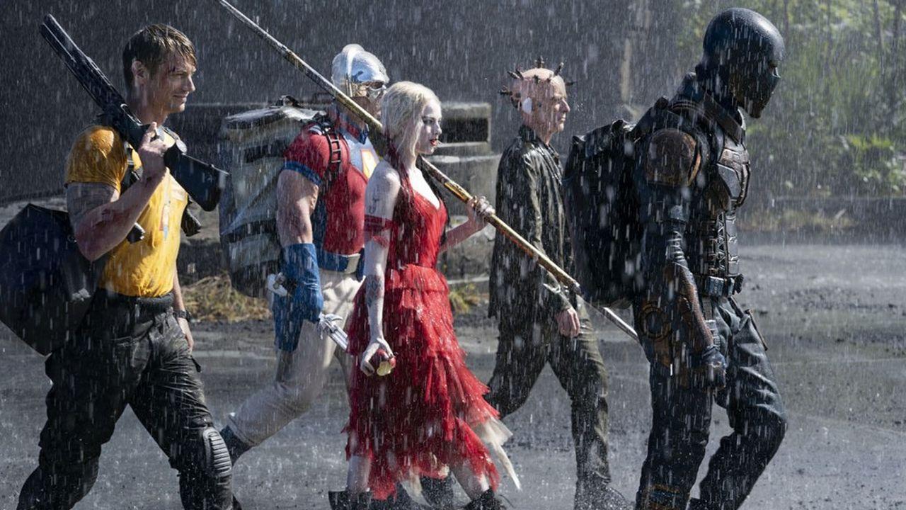 Margot Robbie, reine de l'escadron des suicidaires, entourée de John Cena, Joel Kinnaman, Peter Capaldi et Idris Elba.