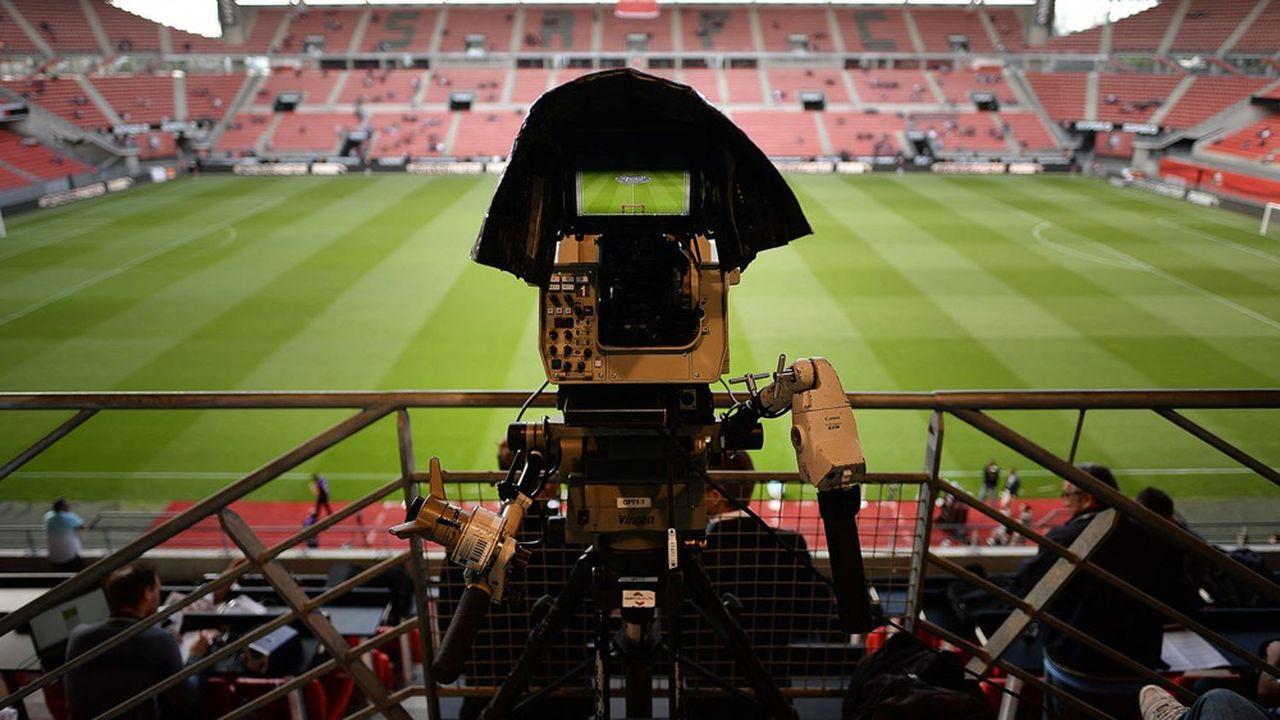A moins de deux semaines de la reprise du championnat, le monde du football est pris dans une succession de batailles juridiques.