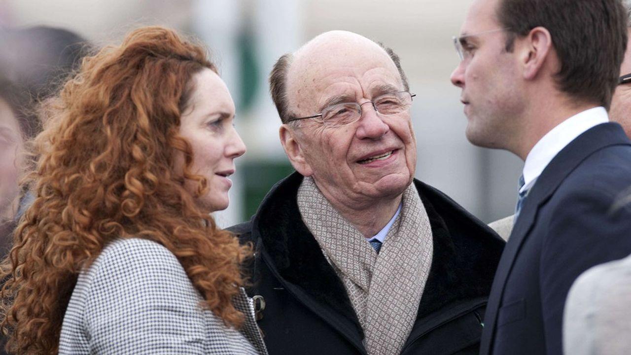 Rebekah Brooks et Rupert Murdoch, aux côtés de James Murdoch (à droite).