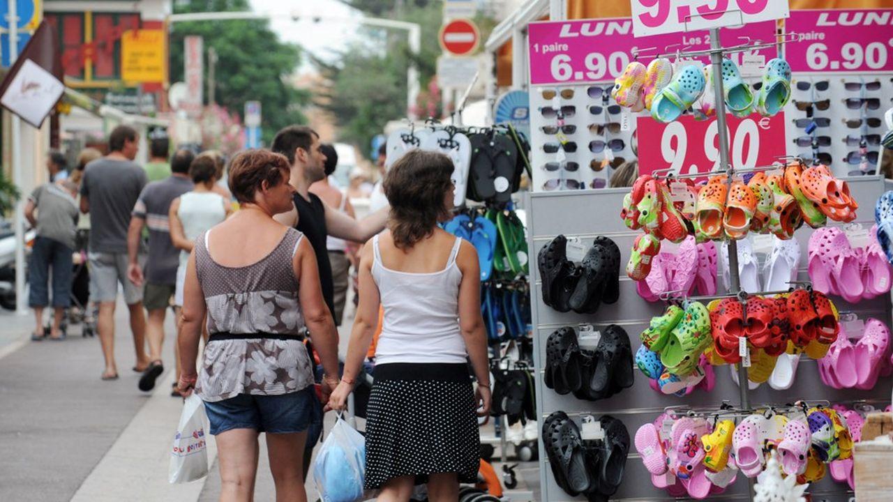 Inquiets d'une reprise de l'inflation, estimant que leur capacité à épargner sera moindre, les Français semblent tentés de dépenser moins pendant l'été.