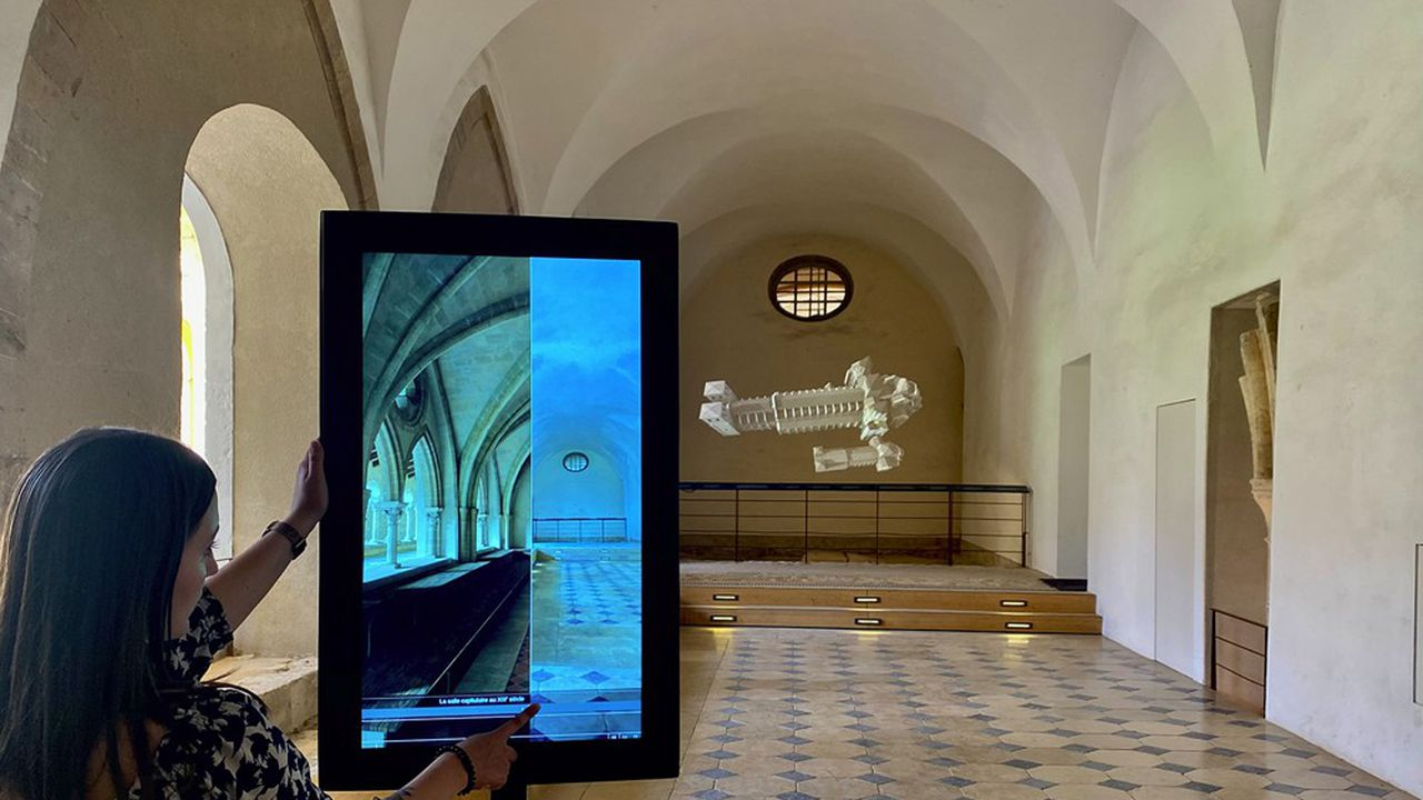 Les nouveaux dispositifs numériques sur le site de Cluny comprennent des bornes de réalité augmentée et des projections grand format de films en 3D.