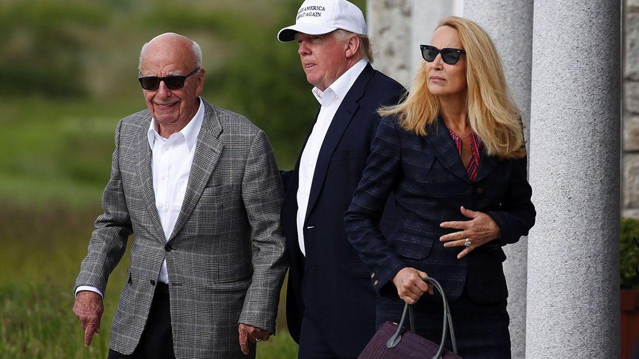 Donald Trump, alors candidat à la présidence des Etats-Unis, reçoit Rupert Murdoch et sa femme, Jerry Hall, sur son golf d'Aberdeen, en Ecosse, le 25juin 2016.