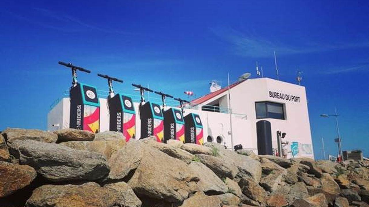 Le port de l'Ile d'Yeu teste des bornes électriques pour les trottinettes en libre-service.