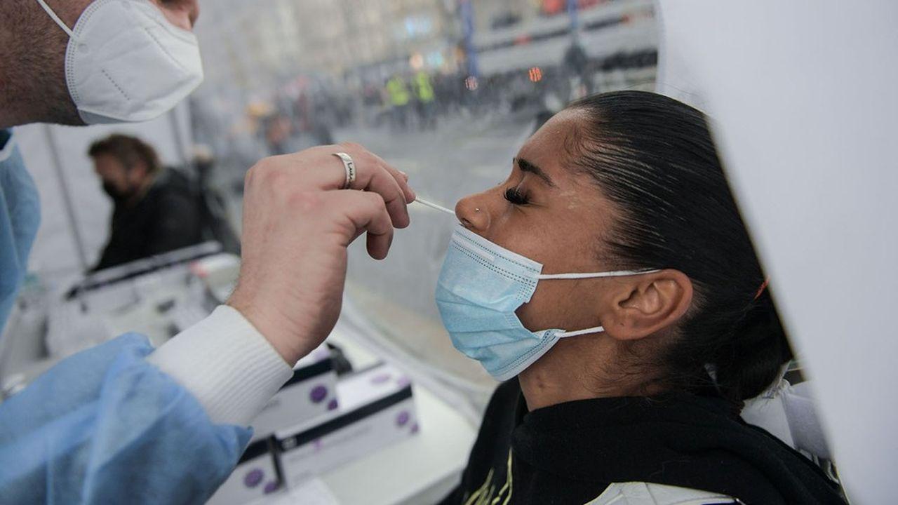 Les pharmaciens pratiquent de plus en plus de tests antigéniques pour dépister le Covid.