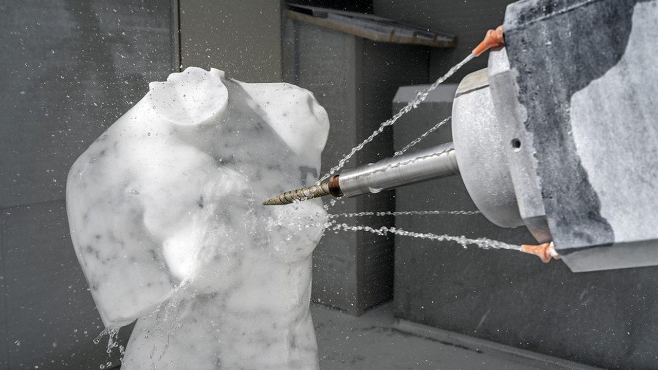 Un robot travaille sur une sculpture dans un atelier de Carrare, en Toscane.
