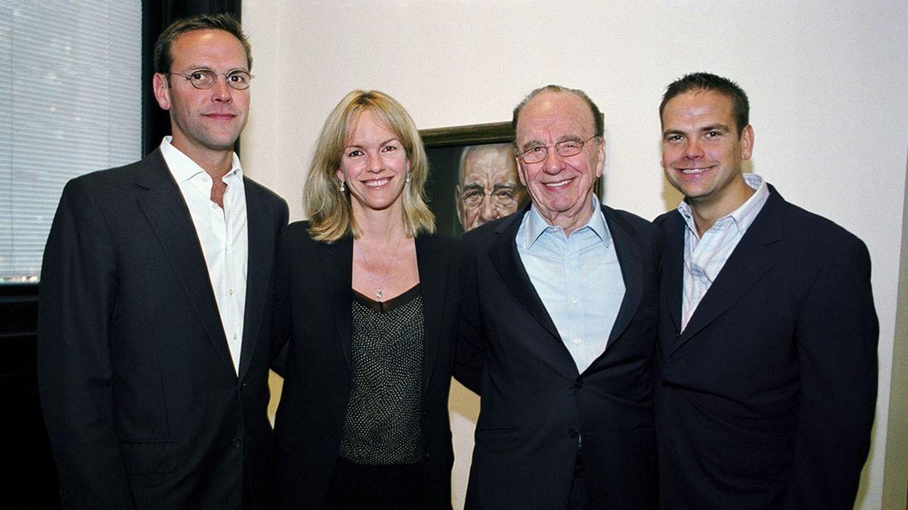 Rupert Murdoch, entouré de ses enfants, James, Elisabeth et Lachlan Murdoch (de gauche à droite), en juin2007.