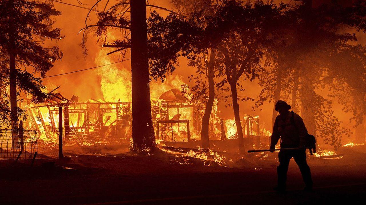 Une maison brûle dans le comté de Plumas, en Californie.