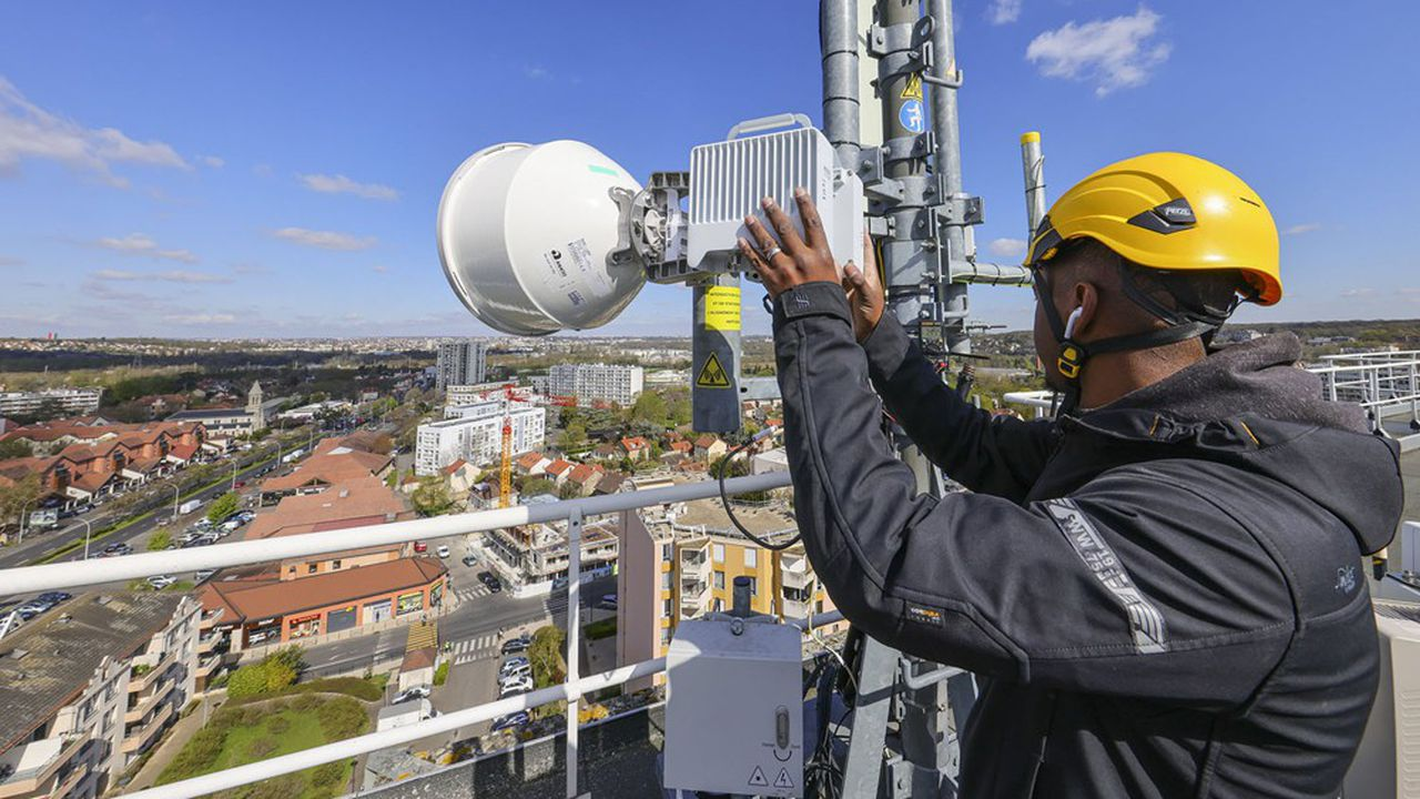 Installation d'une antenne de téléphonie mobile de l'opérateur Bouygues Telecom, équipée pour la 5G.