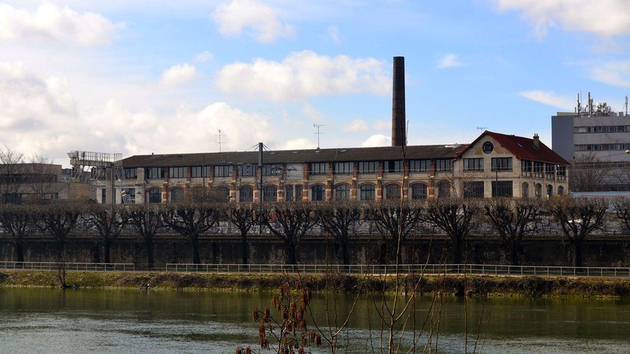 A Choisy le Roi, l'ancienne usine Hollander, reconnaissable à sa vaste cheminée de brique, s'est muée en une véritable fabrique artistique.