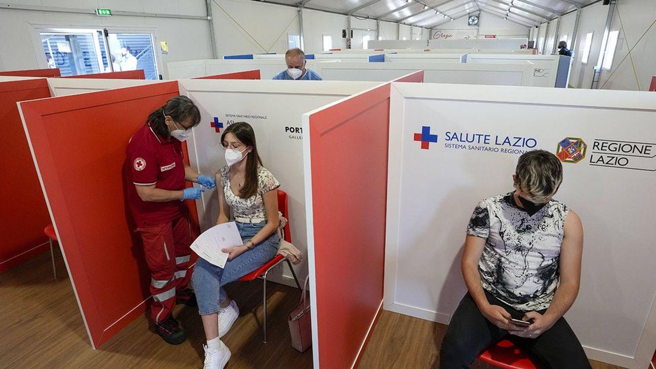 L'accélération des campagnes de vaccination (ici à Rome) permet à l'Europe de limiter les restrictions sanitaires, malgré le variant Delta.