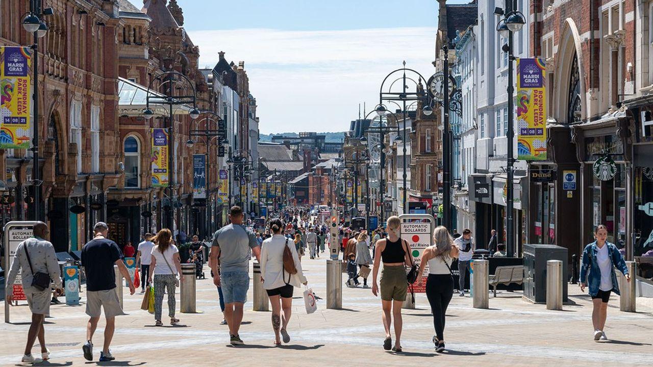 Les villes européennes retrouvent un peu d'animation cet été, ce qui se traduit par une reprise de l'activité et un recul du chômage.