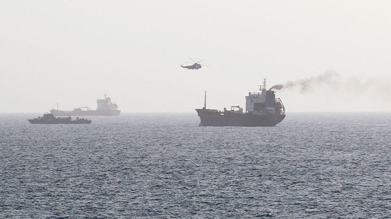 Des forces iraniennes montant à bord d'un pétrolier dans les eaux internationales du golfe d'Oman, en août2020.
