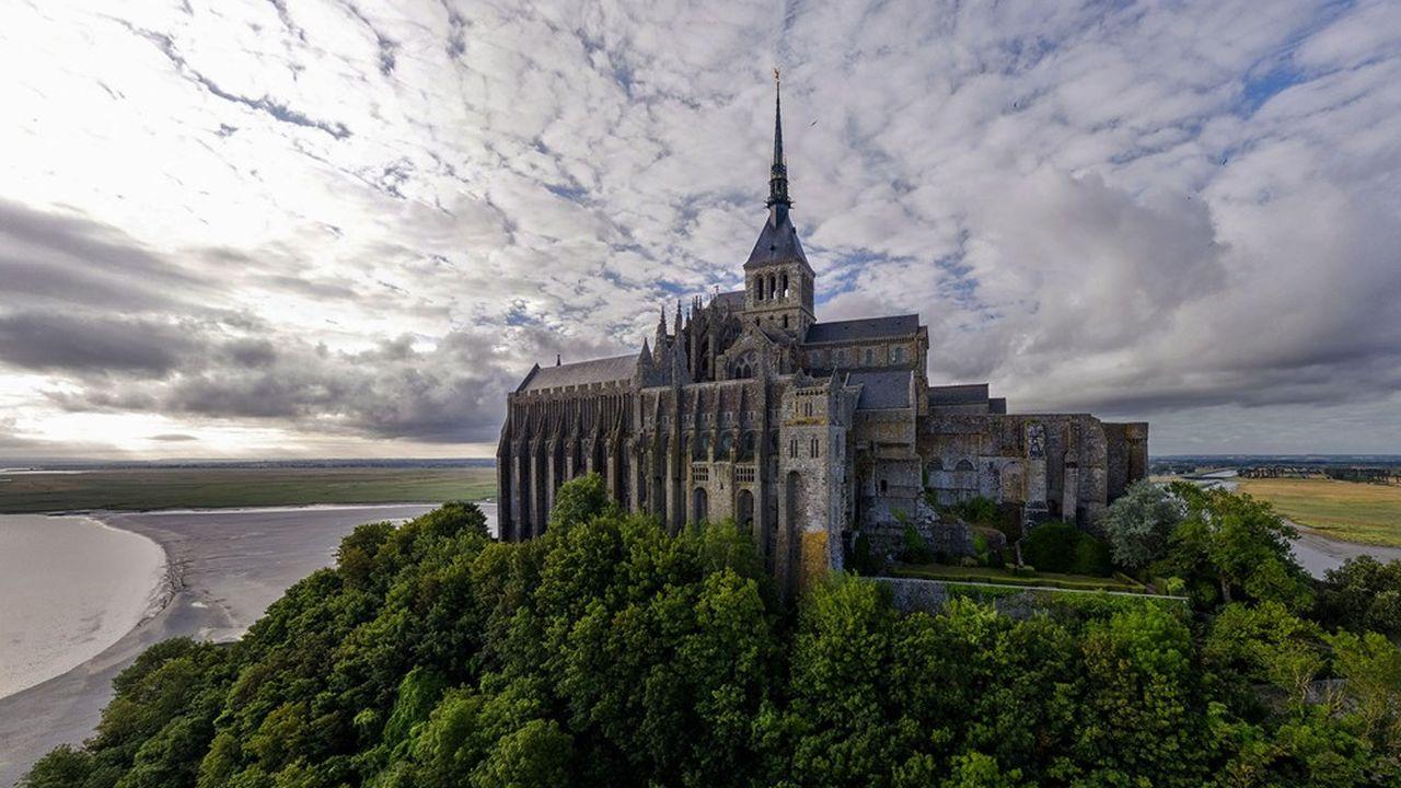 A 80 mètres au-dessus de la mer, s'élance sur 40 mètres de haut le bâtiment gothique comprenant sur trois niveaux l'aumônerie, qui accueillait les pèlerins depuis 1212, la salle des hôtes et le réfectoire des moines.