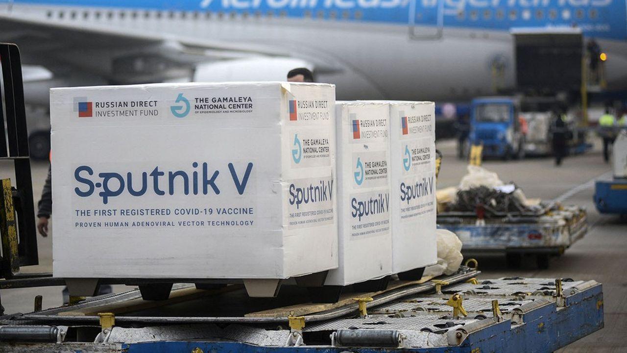 Arrivée de doses de vaccins Spoutnik V à l'aéroport de Buenos Aires, en Argentine.
