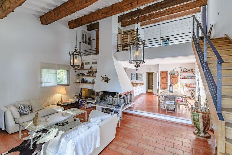 La pièce de vie de 68 m2, ouverte sur l'extérieur, donne accès à une mezzanine de 33 m2.