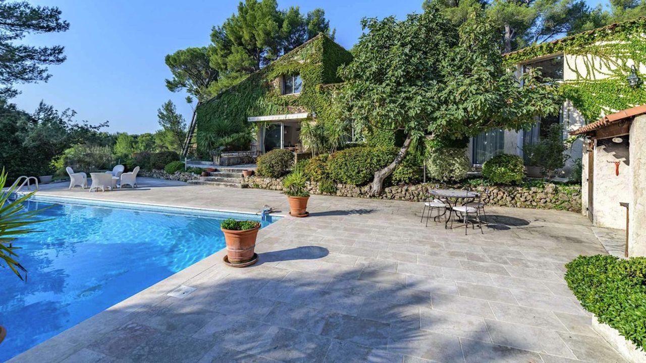 Cette maison de 290 m2 est située près de Marseille, au calme et dans un environnement verdoyant.