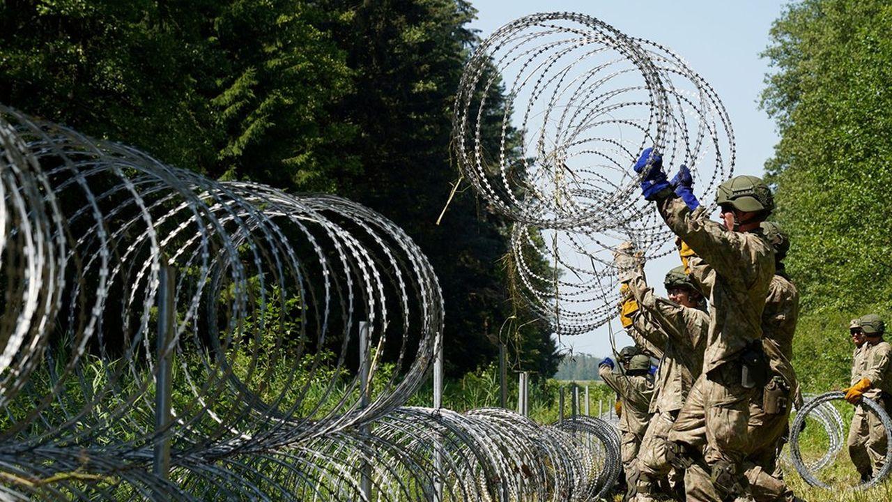 Les soldats de l'armée lituanienne installent une clôture de barbelés à la frontière avec la Biélorussie, à hauteur de la ville de Druskininkai, dans le sud du pays.